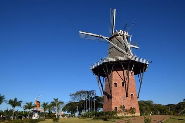 Este moinho é tradicional na Holanda. E você encontra um igual em Holambra.