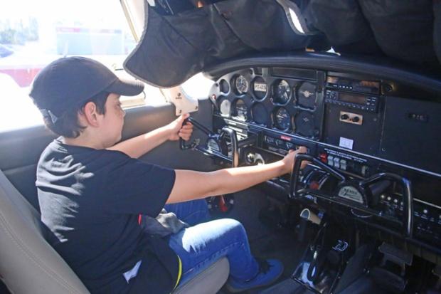 Olha o Dhiego! O oficial Herzog convidou para entrar no avião e o carinha já quer sair pilotando!