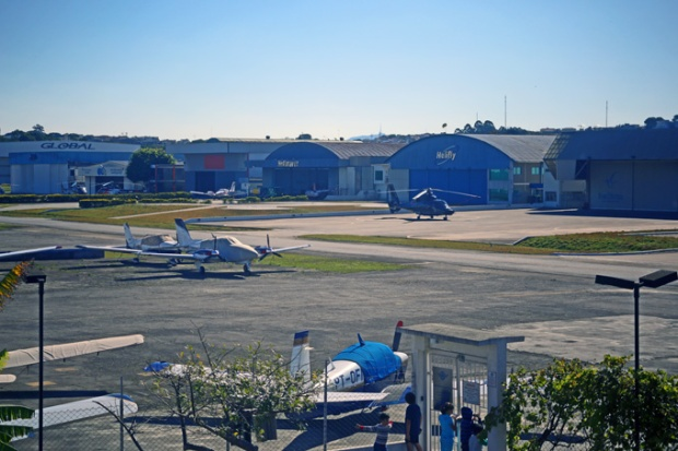 Do alto do Bar Brahma, pudemos ver a pista e os hangares do Campo de Marte.