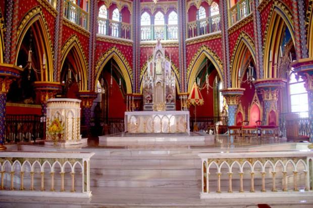 O altar da Basílica dos Arautos do Evangelho. A sutileza dos tons de rosa no duro mármore.