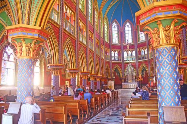 O corredor central da Basílica dos Arautos do Evangelho.