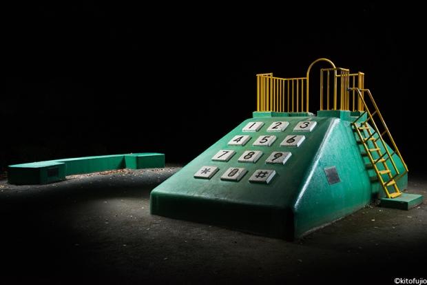 Um telefone gigante combina bem com um pesadelo.