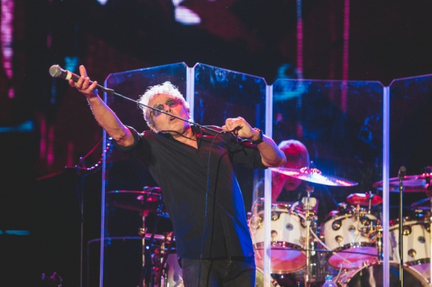 Roger Daltrey e seus malabarismos com o microfone no histórico e emocionante show no Rock In Rio.