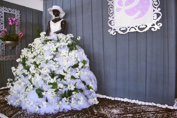 Olha a criatividade. Que tal ao invés de um buquê de flores no casamento, um vestido de flores?