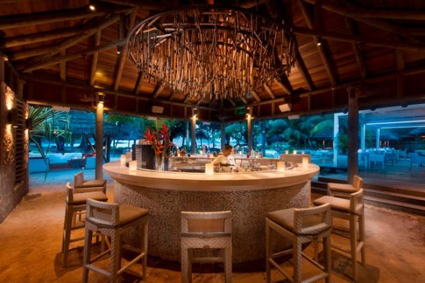Bar e restaurante com comidas cheias de novos sabores.