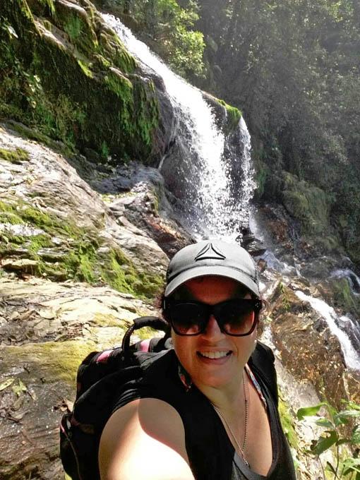 A trilha para a Cachoeira da Fumaça é feita com guias.
