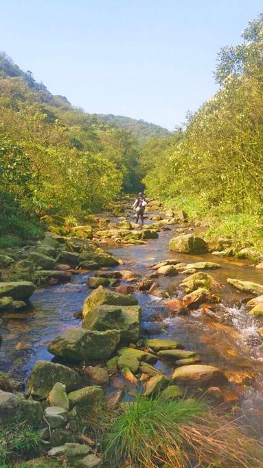 O caminho pelo ribeirão faz parte da nossa trilha.