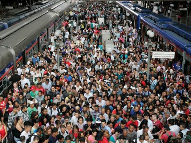 Estação da Luz, em São Paulo. Todo este aperto e você acha que o vendedor ambulante se importa com alguém?