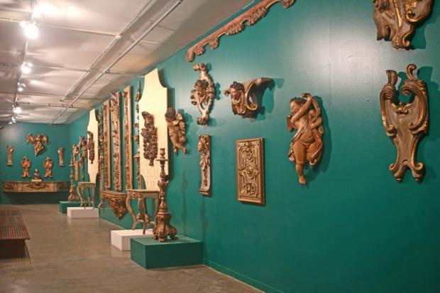 As peças de barroco vão de pinturas e desenhos a esculturas em madeira, metal e até pintadas a ouro.