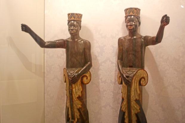 A saudação de uma das alas do Museu Afro Brasil, feita por dois guardas núbios.