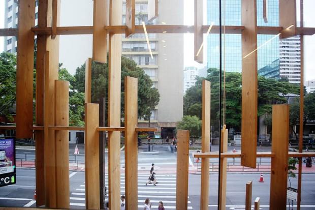 As janelas da Japan House são bem protegidas.