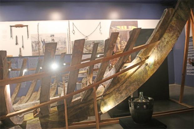Restos de um Navio Negreiro podem ser vistos no Museu Afro Brasil.