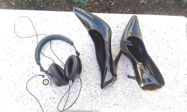 Os sapatos e o áudio da vida da outra pessoa.
