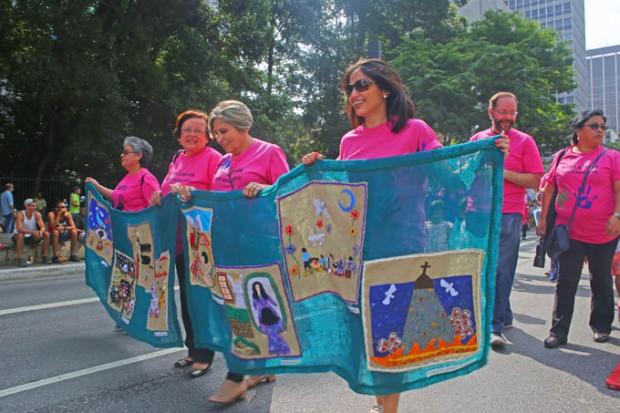Mulheres brasileiras apoiando a arte feita por imigrantes durante a Marcha dos imigrantes.