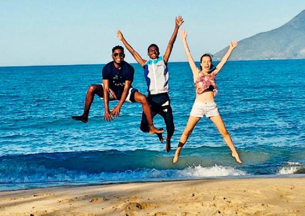 No Brasil, Intercambistas estrangeiros visitam praia de São Sebastião.