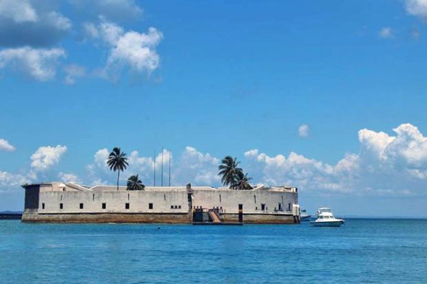 Forte de São Marcelo. Já defendeu o litoral brasileiro de piratas e já foi presídio.