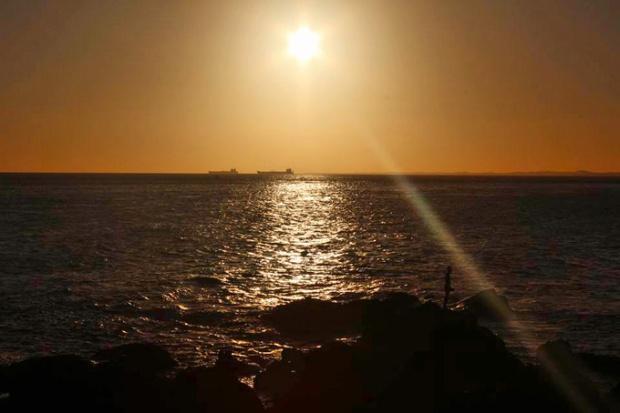 Salvador é um porto movimentado. Pessoas e navios ainda trabalham após o pôr-dos-sol.