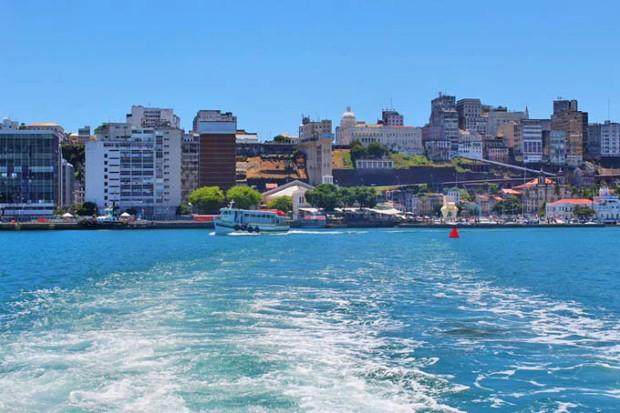 Na orla, o Elevador Lacerda e a cidade baixa de Salvador.