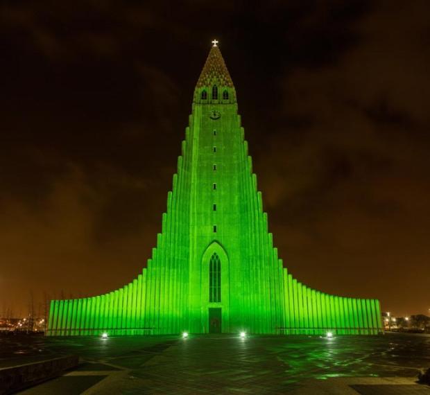 Catedral Hallgrímskirkja na Islandia, em verde para o St Patricks Day