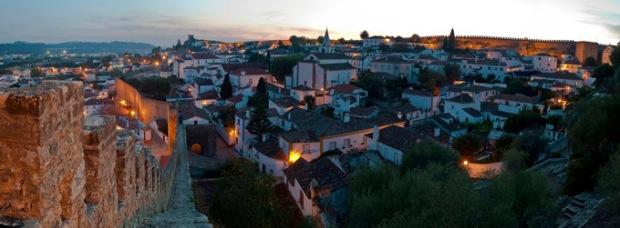 Cidade medieval de Óbidos, fortificada por um muro.