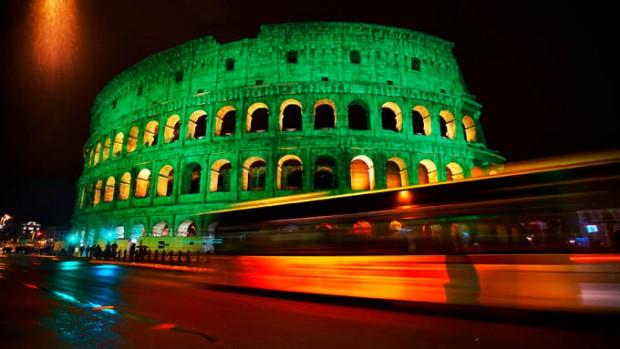Coliseu de Roma em verde. Comemoração para o St. Patrick's Day.
