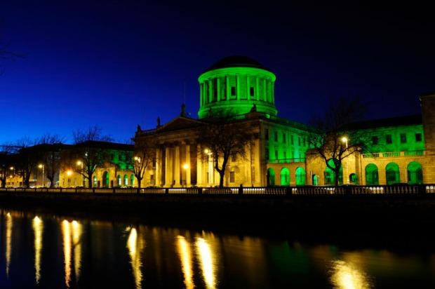 Four Courts em Dublin, Irlanda. Toda em verde para o St. Patrick's Day
