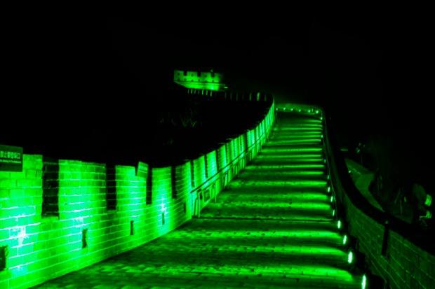 Muralha da China. Iluminada em verde para o St. Patrick's Day.