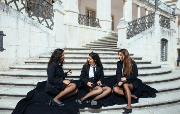 O traje acadêmico é um dos maiores símbolos da tradição universitária em Coimbra. Créditos Centro de Portugal.