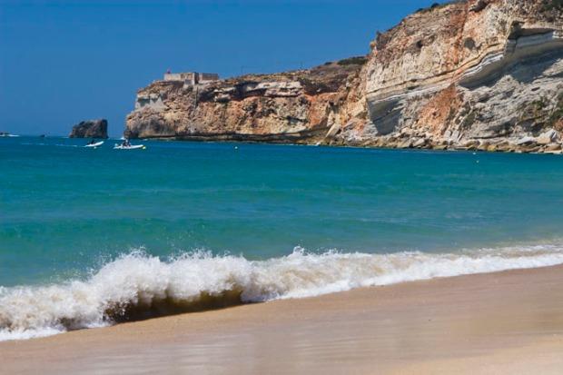 Quem vê esse mar calmo nem imagina que essa praia foi palco de uma das maiores ondas surfadas no mundo _ Créditos Centro de Portugal