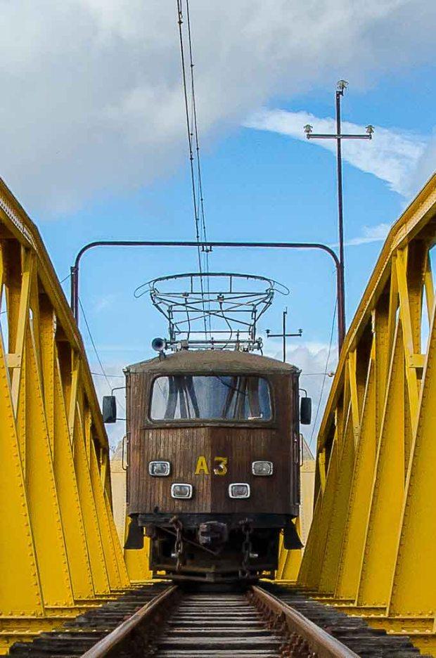 Automotriz A3 sobre a ponte do rio Paraíba do Sul durante o passeio Trem Turístico Piracuama.