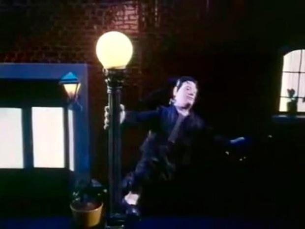 E finalmente, o Frankenstein brasileiro, cantando e dançando na chuva como Gene Kelly.