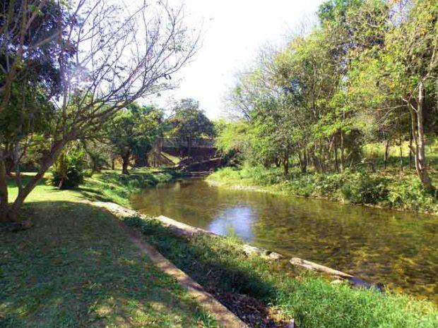 Parque Reino das Águas Claras cortado pelo Rio Piracuama.