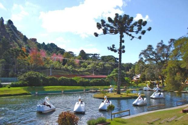 Pedalinho no lago do Parque do Capivari.