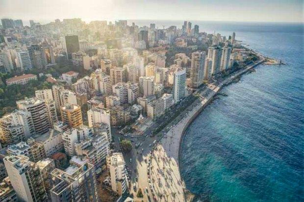 O deserto de um lado e o mar do outro em Beirute.