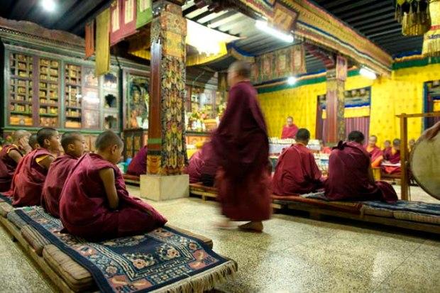 Cerimônia religiosa de monges no Butão.