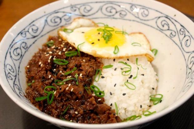 Gyudon -(cumbuca de arroz coberta com fatias finas de carne e cebolas cozidas).