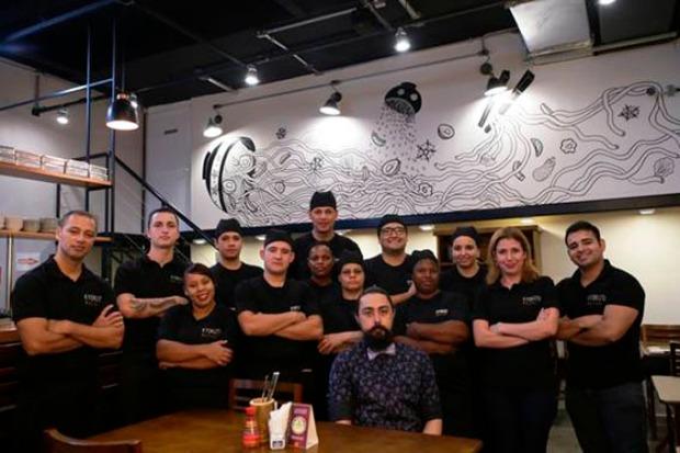 Equipe do Kyokuto, localizado em Pinheiros/SP sentado ao centro o Chef Rafael Dala.