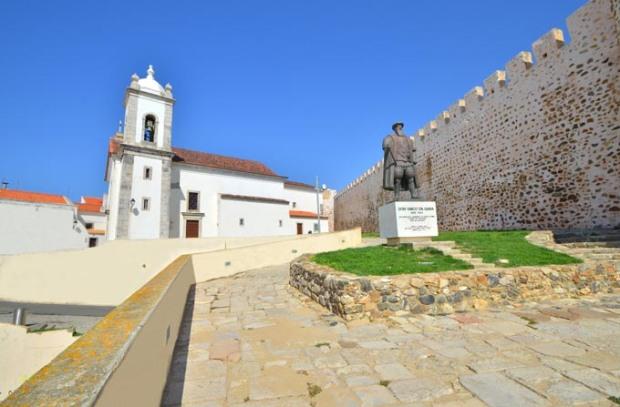 Igreja Matriz e estatua de Vasco da Gama em Sines
