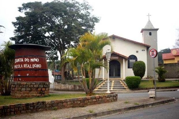 O grande barril em frente à Igreja de São Cristóvão, em São Roque.