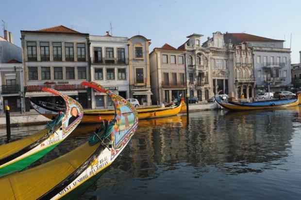 Ria de Aveiro com seus charmosos barcos (Moliceiros)