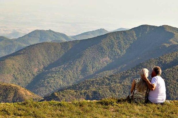 Casal curtindo momentos a dois no Pico Agudo, com vista para o Vale do Paraíba