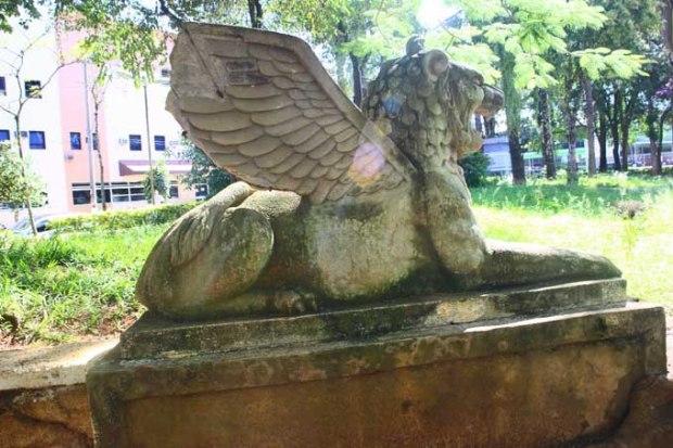 Em uma praça em frente ao INSS, estátuas de Esfinge.